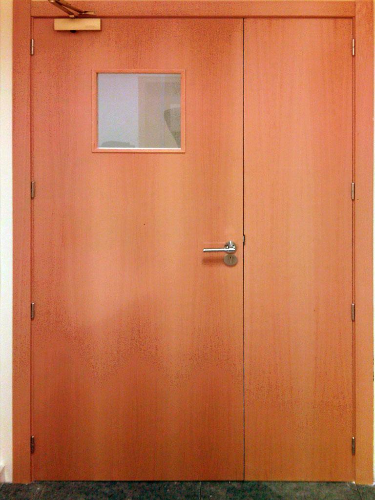 Puerta de paso con fijo pivotante chapada en madera de cerezo.